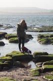 Fille sur la plage avec Boston Terrier Photographie stock