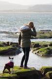 Fille sur la plage avec Boston Terrier Photos libres de droits