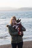 Fille sur la plage avec Boston Terrier Image stock