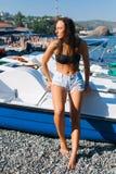 Fille sur la plage avec les cheveux humides, le beau chiffre et la peau propre contre la mer par temps ensoleillé Photos libres de droits