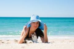 Fille sur la plage avec un chaton Photographie stock libre de droits
