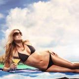 Fille sur la plage avec un cocktail dans les tropiques Images stock