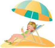 Fille sur la plage dans une chaise longue Photos stock