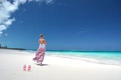 Fille sur la plage de desrt Photographie stock libre de droits