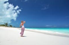Fille sur la plage de desrt Image stock