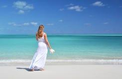 Fille sur la plage de desrt. Images libres de droits