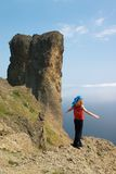 Fille sur la roche au-dessus de la mer Images libres de droits