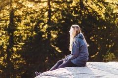 Fille sur la roche de carrière à Vancouver du nord, AVANT JÉSUS CHRIST, Canada Image stock