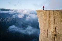 Fille sur la roche Preikestolen, Norvège photos stock