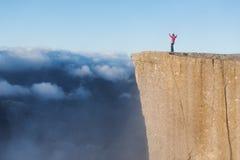 Fille sur la roche Preikestolen, Norvège image libre de droits