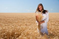 Fille sur la zone de blé Images libres de droits