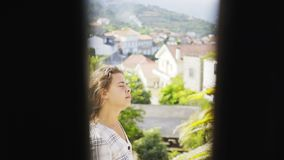 Fille sur le balcon de la villa entre les collines clips vidéos