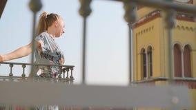 Fille sur le balcon clips vidéos