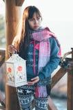Fille sur le balcon tenant la lanterne de bougie Photographie stock libre de droits