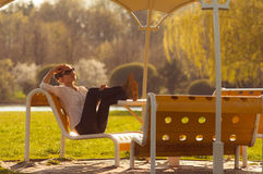 Fille sur le banc en parc Photo stock