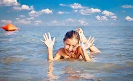 Fille sur le brin public de plage chez le Danube à Novi Sad Photographie stock libre de droits