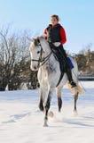 Fille sur le cheval de dressage en hiver Photos libres de droits
