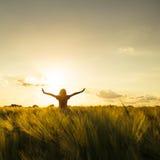 Fille sur le coucher du soleil images libres de droits