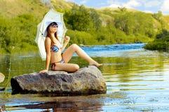 Fille sur le fleuve photographie stock libre de droits