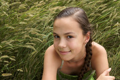 Fille sur le fond d'herbe Photos stock