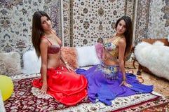 Fille sur le fond du style d'Arabe de tapis Photos stock
