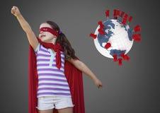 Fille sur le fond gris avec le costume de super héros et le globe du monde avec des goupilles d'emplacement Image stock
