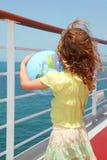 Fille sur le globe de paquet et de fixation de doublure de vitesse normale Photo libre de droits