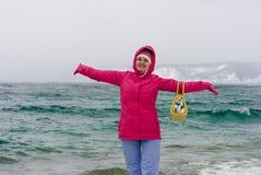 Fille sur le lac Baïkal Image stock