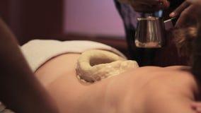 Fille sur le massage de dos d'Ayurvedic avec de l'huile banque de vidéos