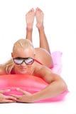 Fille sur le matelas de natation Photo stock