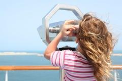 Fille sur le paquet de doublure de vitesse normale et regard dans le binocuarl Photographie stock