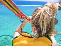 Fille sur le parachute ascensionnel Photographie stock libre de droits