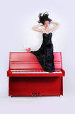 Fille sur le piano Photographie stock libre de droits