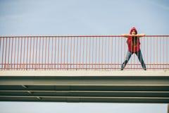 Fille sur le pont dans la ville photographie stock