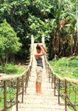 Fille sur le pont traditionnel au-dessus de la rivière Photos stock