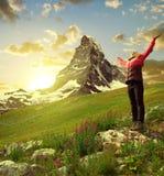 Fille sur le pré, dans le bâti Matterhorn de fond Image stock