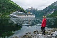 Fille sur le rivage du fjord de Geiranger photos libres de droits