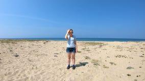 Fille sur le rivage du lac Baïkal banque de vidéos