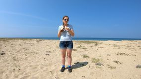 Fille sur le rivage du lac Ba banque de vidéos