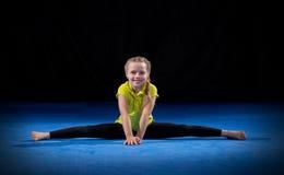 Fille sur le tapis de sport Photographie stock libre de droits