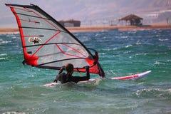 Fille sur le windserf, début de l'eau Photographie stock