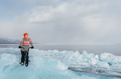 Fille sur un bmx sur la glace Images stock