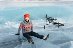 Fille sur un bmx sur la glace Photo stock