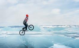 Fille sur un bmx sur la glace Images libres de droits
