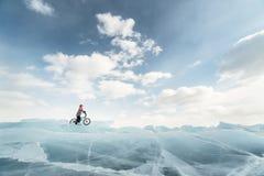 Fille sur un bmx sur la glace Photographie stock libre de droits