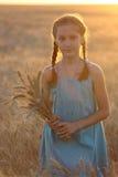Fille sur un champ de blé Image libre de droits