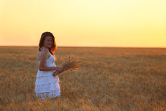 Fille sur un champ de blé Photographie stock