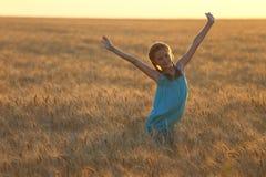 Fille sur un champ de blé Images stock