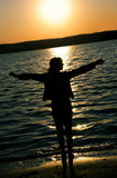 Fille sur un coucher du soleil Photo stock