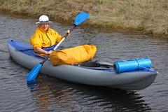 Fille sur un double kayak avec une cargaison Photos stock